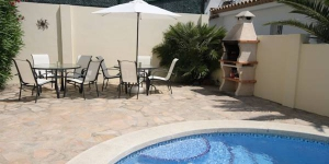 This detached holiday home with private swimming pool is located in the village of Puig Sec on the Costa Brava. The holiday home is nicely furnished and has an open kitchen so that you can keep company while you cook.