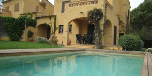 Terraced holiday home with private swimming pool in a small development. at 4 km from the beach of l Estartit.