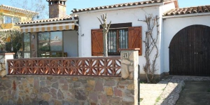 This detached holiday home is located in the village of L Escala on the edge of the forest. The holiday home is nicely furnished and has an open kitchen so that you can keep company while you cook.
