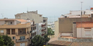 Soggiorna nel cuore di Roses  J&V Jaume I features a furnished terrace with sea views. Located in Roses, the sandy beach is just 250 metres from the apartments.
