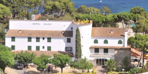 The Hotel Xaloc in Platja D'Aro is a nice, small hotel by the seaside where you can really enjoy your vacation. This is the perfect place for families, and children are very welcome.