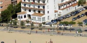 Hotel Rosa del Vents is located right on the seafront in Sant Antoni de Calonge, on the Costa Brava. Most rooms feature sea views, and all have a private balcony.