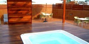 El alojamiento Delfín de 4 estrellas se encuentra a 200 metros de Playa Grande y ofrece una azotea con solárium, bañera de hidromasaje y maravillosas vistas a Tossa. Todas las habitaciones son amplias y cuentan con conexión Wi-Fi gratuita y balcón. Las habitaciones del Delfín están decoradas en tonos azules y disponen de aire acondicionado y vistas al jardín privado o al centro de la ciudad. Además, cuentan con TV de pantalla plana vía satélite, minibar y caja fuerte. El restaurante del Delfín sirve comidas de tipo bufé y cocina a la vista. El hotel también dispone de un bar elegante. El Hotel Delfín se encuentra a 15 minutos a pie del faro de Tossa, que ofrece vistas panorámicas a la Costa Brava.