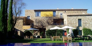 Located in the small medieval countryside village of Monells not far from Girona, the Costa Brava and at the foot of the 'Gavarres' mountain range, the Hotel Arcs de Monells offers comfortable and well equipped accommodations full of character, in an especially picturesque location. .