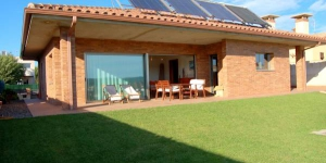 Offering a private outdoor pool and a fenced garden with barbecue, Villa Santa Clara is located in Massanet de la Selva. Free Wi-Fi access is available in this holiday home.