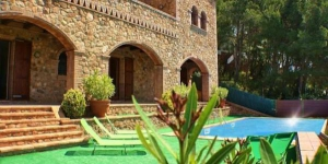 La Masia de Tamariu is located in Tamariu, just 5 minutes' drive from various beautiful coves on the Costa Brava. This charming property has a terrace with an outdoor pool and mountain views.