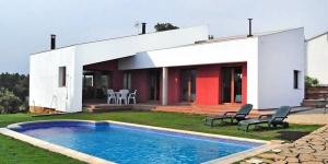 Located in Vidreres, Nat offers an outdoor pool. There is a full kitchen with a microwave and an oven.
