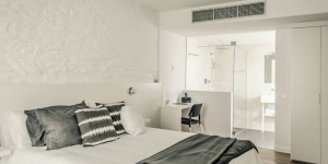 Tramuntana Hotel is located in the charming Old Town of Cadaqués, just 200 metres from the waterfront. This stylish hotel offers modern, minimalist rooms with free WiFi and a private balcony with garden views.