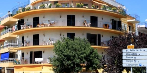 El Sol Apartments feature free Wi-Fi and a rooftop terrace with sea views. They are located 100 metres from Tossa de Mar Bus Station and 400 metres from the beach.