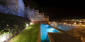 Casa Marcial is located in the beautiful town of Besalú, just 100 metres from the mediaeval bridge. This property offers a garden with an outdoor pool and great views.