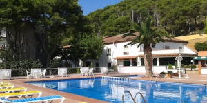 Hotel La Masia offers an outdoor seasonal pool, a garden, barbecue facilities, a games rooms and evening entertainment in L'Estartit. The beach is a 10-minute walk away.