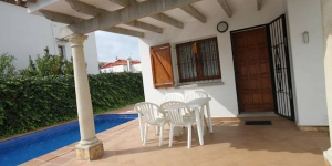 Offering an outdoor pool, Estepa is located in L'Escala. The accommodation will provide you with a patio.