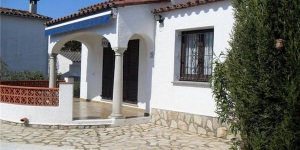 Holiday home Armallada is located in L'Escala. There is a full kitchen with a microwave and an oven.