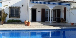 Holiday home Mary Jo is located in L'Escala. There is a full kitchen with a microwave and an oven.