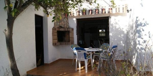Holiday home Lia I is located in Llanca. There is a full kitchen with a microwave and an oven.