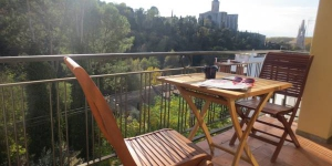 Situated in Girona, 2 km from its train station, Qlodging San Daniel offers accommodation with free WiFi and heating. The apartment features a private balcony with outdoor furniture and mountain views.