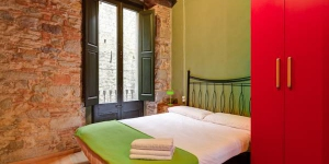 Overlooking the River Onyar, AS L'Estudi de l'Onyar is located in Girona, only 100 metres from the cathedral. The studio offers a private balcony.