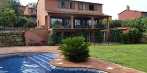 El Qlodging Villas se encuentra en Sant Julià de Ramis, y ofrece una piscina al aire libre y conexión Wi-Fi gratuita. Este amplio alojamiento tiene TV, balcón, terraza, cocina totalmente equipada con lavavajillas y microondas, así como baño con ducha. También goza de vistas a la piscina y a la montaña. El Qlodging Villas dispone de jardín, terraza y aparcamiento gratuito. En los alrededores se puede hacer ciclismo. El aeropuerto de Girona-Costa Brava se halla a 25 minutos en coche.