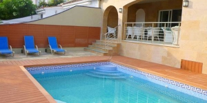 Located in Empuriabrava, Apart-Rent Villa Pani 100 A offers an outdoor pool. This self-catering accommodation features WiFi.
