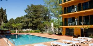 L'hôtel Picasso se trouve à 400 mètres de la paisible plage de La Gola del Ter, sur la Costa Brava. Il dispose d'une connexion Wi-Fi gratuite et d'une piscine. Vous obtiendrez des réductions sur de nombreux parcours de golf et de minigolf situés à proximité, notamment Golf Empordà et Golf Platja de Pals. Toutes les chambres de l'hôtel disposent de la climatisation ainsi que d'une télévision par satellite, tandis que certaines d'entre elles comportent une baignoire spa. Le restaurant de l'hôtel sert des plats traditionnels et des spécialités de fruits de mer. Vous trouverez également une terrasse et un bar comprenant une table de ping-pong et des jeux de société. L'hôtel Picasso se trouve entre Torroella de Montgrí et Pals, dans le parc naturel Mongrí, Illes Medes i Baix Ter. Les sites touristiques situés à proximité incluent Figueras, qui abrite le Musée Salvador Dalí. Dans les environs, vous pourrez pratiquer des sports nautiques, la randonnée pédestre et la randonnée à vélo.