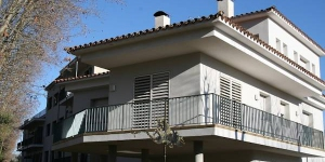 Located 10 minutes' walk from the town centre of Banyoles, Apartament L'Ast offers a restaurant and bar on site.  The apartment comes with a terrace with city views; and free WiFi is provided.