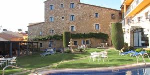 Le Sant Joan, hôtel à la gestion familiale, est situé au cœur de la Costa Brava, en Catalogne, et est entouré de 550 m² de jardins. Il dispose d'un bain à remous et d'une piscine extérieure chauffée, ouverte de juin à octobre. Ce cottage rénové, datant du XVIIIe siècle, est situé à 900 mètres de la plage, dans le quartier historique de San Joan de Palamós. La paisible plage de Castell se trouve à 5 minutes en voiture. Les chambres du Sant Joan disposent d'une télévision par satellite, de la climatisation, d'un coffre-fort et d'une salle de bains privative. L'hôtel met à votre disposition une connexion Wi-Fi gratuite dans les parties communes ainsi qu'un ordinateur. Il est également doté d'un parking extérieur gratuit de 9 places et d'un garage privé, disponible moyennant des frais supplémentaires. La frontière française se trouve à 100 km au nord du Sant Joan et la ville historique de Gérone est située à 45 km. Vous pourrez visiter le musée du poisson et assister à la vente de poisson à la criée sur le port de Palamós.