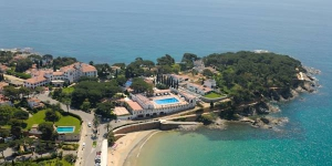 Set just 110 yards from S'Agaro Beach, the 5-star Hostal de la Gavina features a spa, tennis club and outdoor pool surrounded by Mediterranean grounds. Rooms offer wonderful sea views.