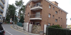 Allotja't al centre de Lloret de Mar  Set 400 metres from Lloret de Mar Beach, Apartamentos Kesito features 2-bedroom apartments with free private parking. It offers air conditioning and a private balcony with views of the town.