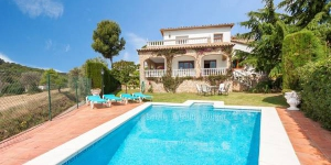 Located in Sant Antoni de Calonge, Villa St Antoni de Calonge offers an outdoor pool. There is a full kitchen with a dishwasher and a microwave.