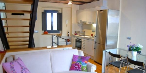 Offering free WiFi, Athenou La Rosa is a duplex located in Girona, 350 metres from the Cathedral. This bright apartment has a sofa and flat-screen TV, air conditioning and a balcony.
