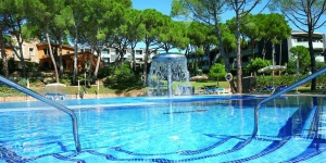 A 10-minute walk from central Platja D'Aro, these apartments are just 220 yards from the beach. Surrounded by pine forest, they feature an outdoor pool and free Wi-Fi in public areas.