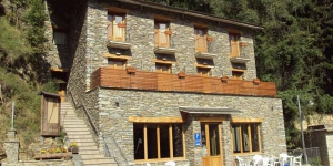 Les Roquetes is located in Queralbs, in the Ripollès area of the Catalan Pyrenees. It is 200 metres from the Núria mountain railway and offers rooms with a private balcony.