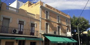 Hostal Ca l'Anton is located in Castelló d'Empúries, under 20 minutes' drive from the Cap de Creus Nature Reserve. It offers air-conditioned rooms with cable TV and a private balcony.