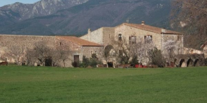 This 17th-century country house is located in the mountain village of Darnius, in Catalunya's Alt Empordà region. Surrounded by farmland, it offers rustic accommodation, home-made jams and cured meats.
