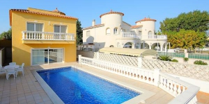 Located in Empuriabrava, Four-Bedroom Villa Empuriabrava Girona 2 offers an outdoor pool. The property is 1.