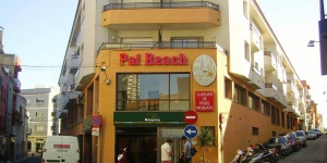 Pal Beach Apartments are just 1300 ft from Platja Gran Beach, in the Costa Brava fishing port of Palamós. Each simple apartment includes free Wi-Fi, satellite TV and a balcony.