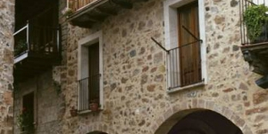Set in the small medieval village of Santa Pau, a 15-minute drive from Olot, Apartaments Plaça Major offers rustic apartments with free Wi-Fi, a balcony, and town and mountains views. Free public parking is available nearby.