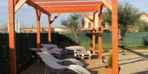 Located in Verges, in the Baix Empordà Region, Allotjament Activitats Bora Bora-Empordà apartments offers an outdoor pool, a garden, sun terrace and free WiFi. L'Escala Beach is 15 minutes' drive away.