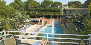 Trull Apartments are a 10-minute walk from Canyelles Beach, and a 5 minute drive from the center of Lloret de Mar. They offer a seasonal outdoor pool, tennis court and free Wi-Fi zone.