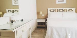 Proposant des chambres climatisées avec une connexion Wi-Fi gratuite, l'Hotel Carbonell bénéficie d'un emplacement central à 800 mètres de la plage Port Beach, sur la Costa Brava. Il met gratuitement à votre disposition une bagagerie et un coffre-fort. Décorées avec simplicité dans un style moderne, les chambres comprennent une télévision par satellite à écran plat et une armoire. La salle de bains est pourvue d'une baignoire ou d'une douche et d'articles de toilette gratuits. L'établissement est situé dans le centre- ville de Llançà. De nombreux bars et boutiques vous attendent à moins de 10 minutes à pied. Vous aurez la possibilité de découvrir 22 petites plages et criques. La réserve naturelle Cap de Creus de la Costa Brava se trouve à 26 km. Vous rejoindrez le théâtre-musée Dalí de Figueras en 15 minutes en train. La France, Portbou, Port de la Selva et Cadaqués sont accessibles à quelques kilomètres de Llançà. L'aéroport de Gérone-Costa Brava se situe à 73 km. Vous bénéficierez d'un parking public gratuit à 100 mètres de l'établissement.