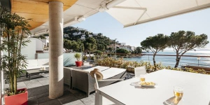 Offering a shared outdoor pool and a private terrace with sea views, Vista Roses Mar - Canyelles Petites Platja beachfront apartment is 4 km from Roses. Cadaques is a 30-minute drive away.