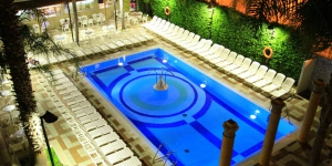 Lloret de Mar�: séjournez au cœur de la ville  Le Cleopatra Spa Hotel est un établissement de style égyptien situé dans le centre de Lloret de Mar, à 500 mètres de la plage. Il propose une piscine extérieure, un spa et des chambres pourvues d'un balcon. L'hôtel arbore une décoration lumineuse et chacune de ses chambres spacieuses est décorée sobrement. Climatisées, elles sont toutes dotées d'une télévision par satellite et d'une salle de bains entièrement équipée. Le restaurant de l'hôtel propose un petit-déjeuner buffet, le déjeuner et le dîner. Plusieurs bars, restaurants et cafés vous attendent à 5 minutes à pied du Cleopatra. Le spa de l'établissement abrite des bains turcs, un sauna finlandais et un bain à remous. Une terrasse et des douches à sensation sont également disponibles. Lloret de Mar est une destination animée et prisée, qui possède 7 km de littoral et 5 plages principales. Vous rejoindrez Barcelone et Gérone en 1 heure de route environ.