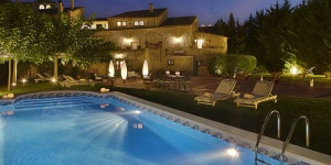This country hotel offers 2 outdoor pools, extensive gardens and stylish rooms with free Wi-Fi and flat-screen TV. It is situated in the Medieval village of Madremanya, 18 km from Girona.