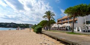 L'Hotel Restaurant Sant Pol es troba a la platja de Sant Pol, a la Costa Brava, a Catalunya. Ofereix internet Wi-Fi gratuït i habitacions amb aire condicionat, balcó i vista sobre el mar. Totes les habitacions del Sant Pol disposen d'un balcó i un bany privat complet, equipat amb accessoris i un assecador. També tenen televisió per satèl·lit, un escriptori, un minibar i un telèfon amb línia directa. Podreu assaborir plats regionals, com ara especialitats de peix, arrossos i tapes, al restaurant del Sant Pol Hotel. Hi ha moltes rutes de ciclisme als voltants. L'hotel ofereix un servei de lloguer de bicicletes. En un radi de 20 km hi ha 4 camps de golf, com el Club de Golf Costa Brava, situat a 5 km. L'hotel és a 30 km de l'aeroport de Girona i a 80 km de Barcelona.