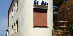 Hostal Restaurante Es Bas is 50 metres from Sa Riera Beach, located 2 km from Begur. It offers free Wi-Fi and a restaurant with a terrace overlooking the beach.