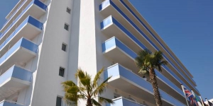 Stay in the Heart of Lloret de Mar  Evenia Hawai is located in Lloret de Mar, just 6 minutes' walk from the beachfront promenade. It offers an outdoor pool and modern, air-conditioned rooms with a private terrace.