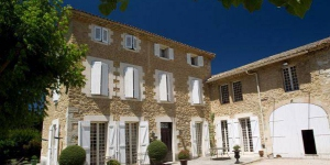 Located 17 km from the centre of Avignon, Le Moulin des Gaffins is set in a 1.5 hectare garden.