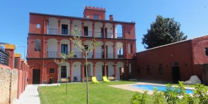 This attractive aparthotel is set in a 19th century colonial-style building in the spa town of Santa Coloma de Farners. It offers 2 pretty gardens, and outdoor pool, free Wi-Fi and scenic mountain views.