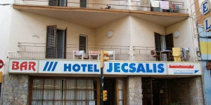 Just 5 minutes' walk from Sant Feliu de Guixols Beach, Hotel Jecsalis features a restaurant and simple rooms. It has a 24-hour reception and free Wi-Fi in public areas.