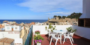 Tarull is a 3 minute walk from the beach in Tossa de Mar. It features private parking, free Wi-Fi in public areas and a sun terrace with panoramic views of Tossa.